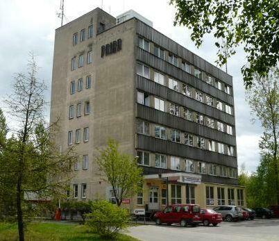 Zdjęcie przedstawia budynek 6 piętrowy przy ulicy Cementowej 3, w którym znajduje się siedziba Powiatowej Służby Drogowej